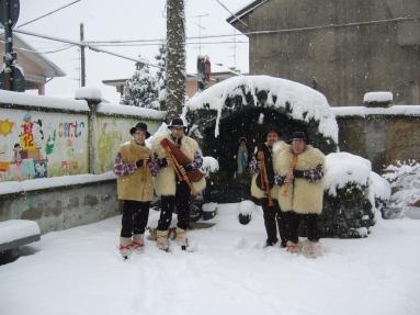 Epifania 2009. Foto di gruppo davanti alla Grotta della Madonna, posta all'interno della scuola materna Santi Angeli Custodi di Arconate.