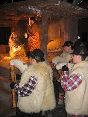 Natale 2004. Dopo la Messa di Mezzanotte, ad Arconate, gli zampognari suonano a fianco del presepe vivente.