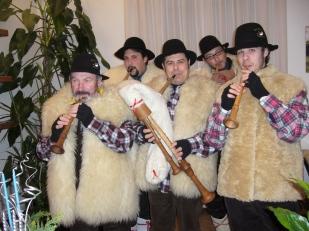 Avvento 2007. Foto di gruppo durante una visita ad una famiglia arconatese.