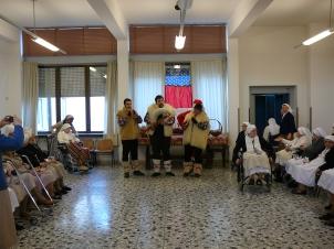 Avvento 2010. Ogni anno, gli zampognari si recano alla Casa delle Suore Missionarie Comboniane di Buccinigo d'Erba, per una mattinata di gioia!
