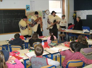Avvento 2009. Giro della scuola elementare di Gambolò (PV) per i nostri zampognari. Anche la maestra sembra gradire...
