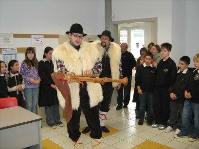 Avvento 2009. Nelle scuole elementari di Gambolò (PV) spieghiamo cos'è una zampogna...